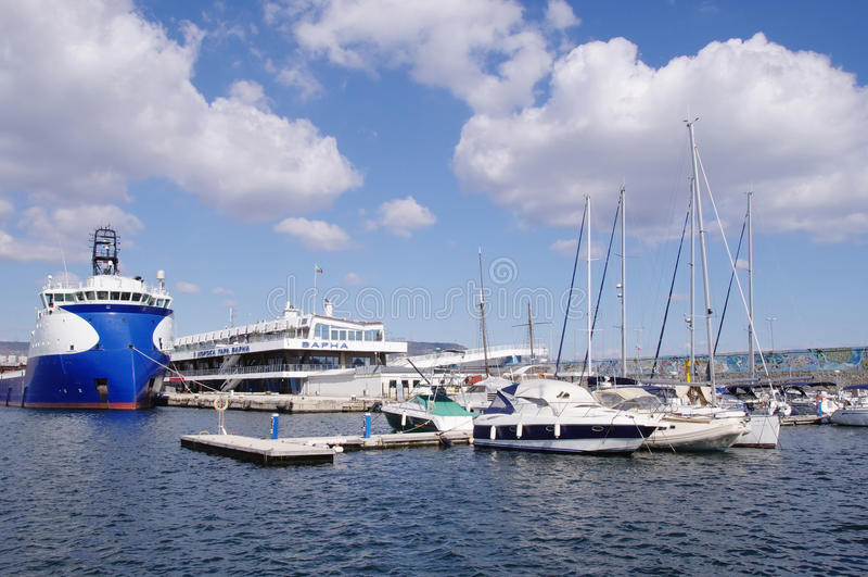Port Varna avec des yachts, Bulgarie photo stock