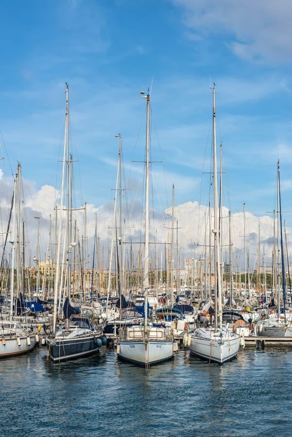 Port Vell - marina i Barcelona, Spanien royaltyfria foton