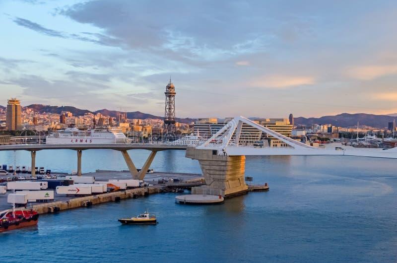 Port Vell med dess bro Porta D 'Europa och tornet Torre Jaume för flyg- spårväg I i Barcelona arkivfoto