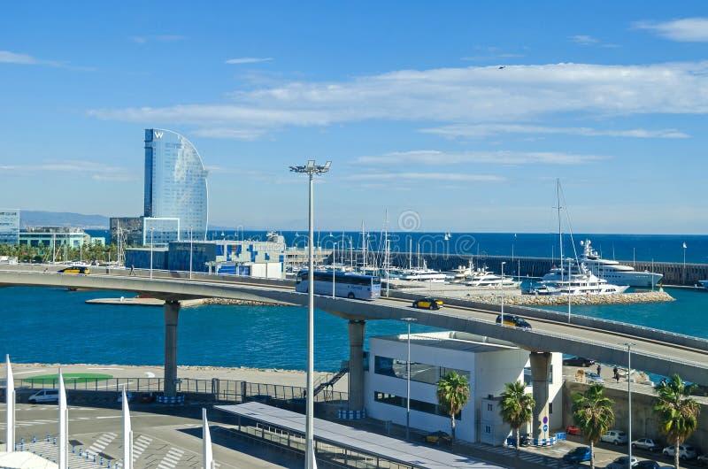 Port Vell med dess kryssningterminal, marina, bro Porta D 'Europa och W Barcelona royaltyfria foton