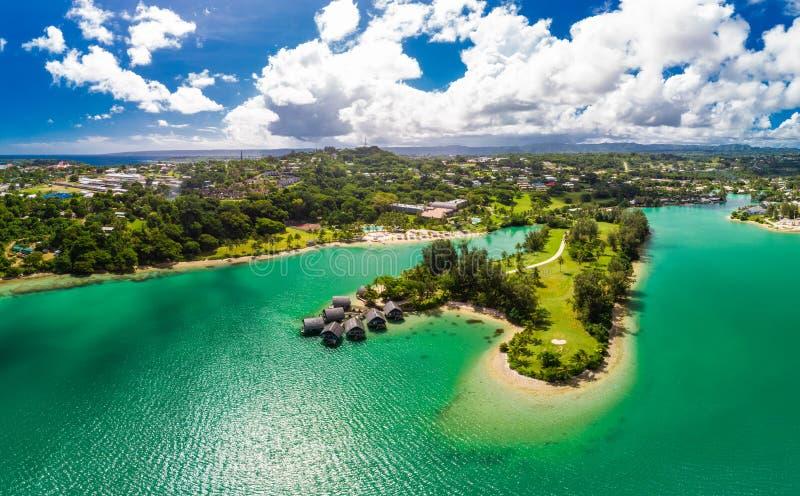 Port Vila, Vanuatu - 3 april 2019: Flygdram - syn på Holiday Inn Resort Vanuatu, Port Vila, semestersemesterort royaltyfri bild
