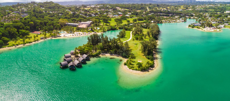 Port Vila, Vanuatu - 3 april 2019: Flygdram - syn på Holiday Inn Resort Vanuatu, Port Vila, semestersemesterort royaltyfri foto