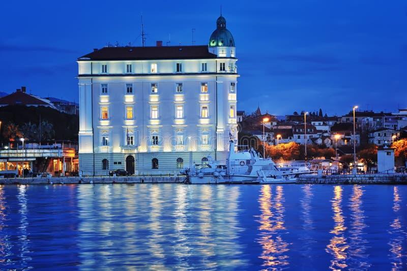 Port z ładnym budynkiem w rozłamu zdjęcia royalty free