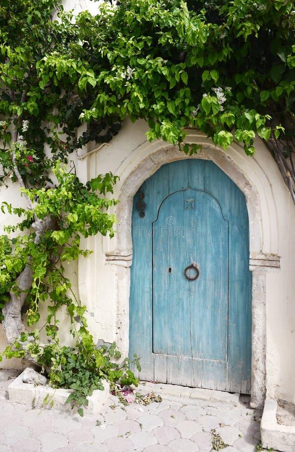 Porta árabe bonita do azul de turquesa, habilidade árabe, arquitetura imagens de stock royalty free