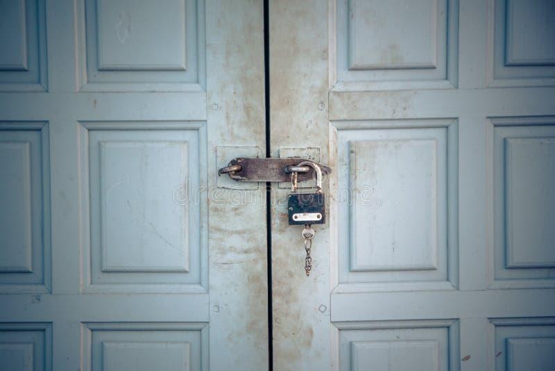 A porta é travada a um fechamento velho Um fechamento na porta fotos de stock