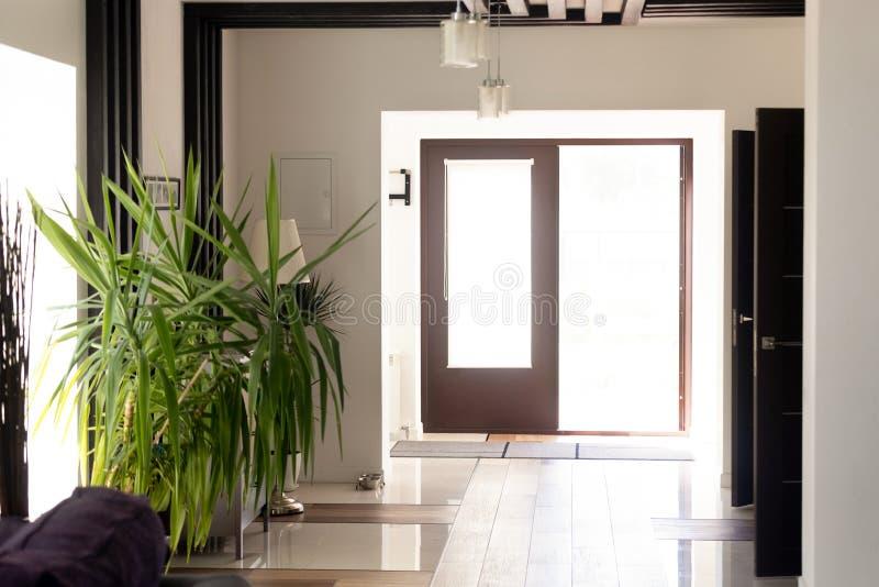 Porta aberta de novos proprietários de espera da casa luxuosa moderna fotos de stock