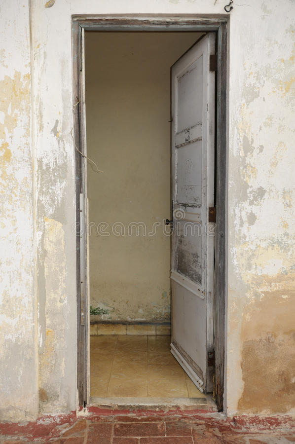 Porta aberta velha na fachada gasto da parede imagem de stock royalty free