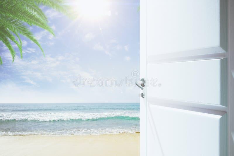 Porta ad un cielo con una spiaggia e un oceano fotografia stock libera da diritti