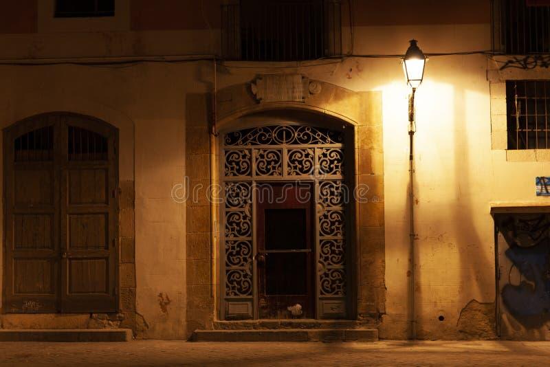 Porta al EL del quartiere ispanico sopportato alla notte con le iluminazioni pubbliche, Barcellona, Spagna immagine stock