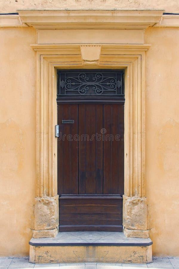 Porta amarela da fachada fotografia de stock