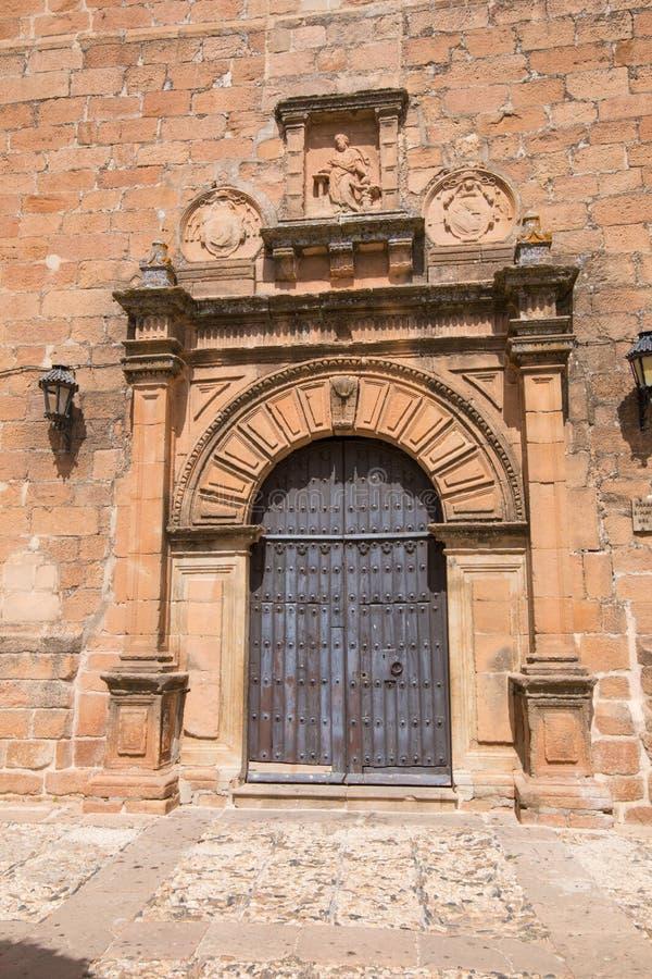 Porta antica decorata della chiesa San Mateo in La Encina vi di Banos de fotografia stock libera da diritti