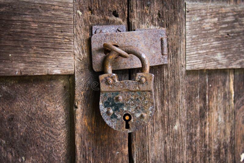 Porta antica del lucchetto fotografie stock libere da diritti