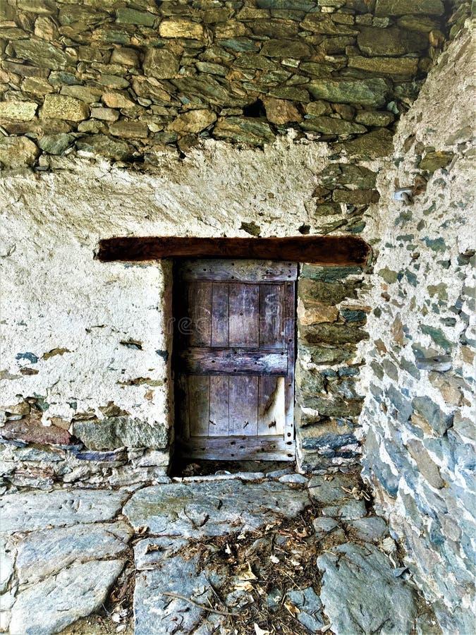 Porta antica e d'annata, pietre, incanto e storia immagini stock libere da diritti