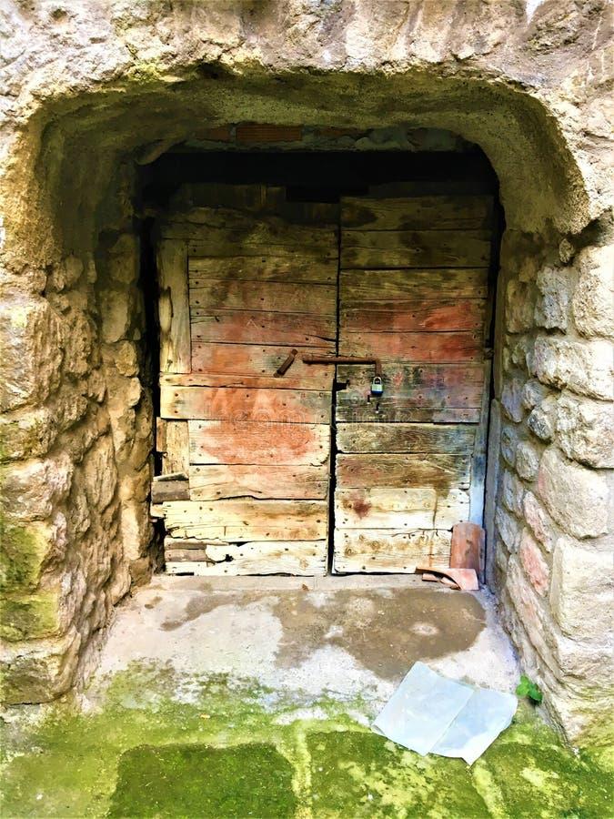 Porta antica, mistero ed entrata segreta fotografia stock libera da diritti