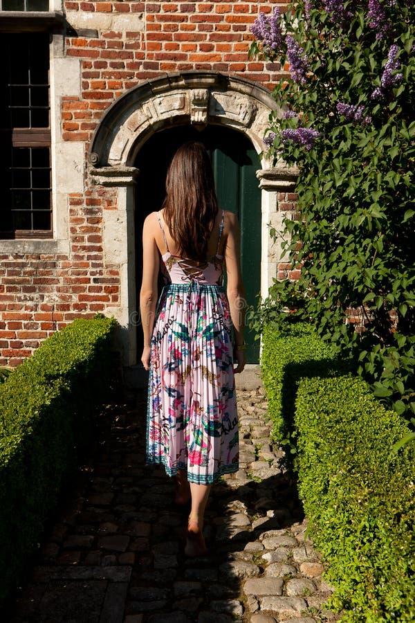 Porta antica posteriore della parete della ragazza, Groot Begijnhof, Lovanio, Belgio fotografia stock libera da diritti