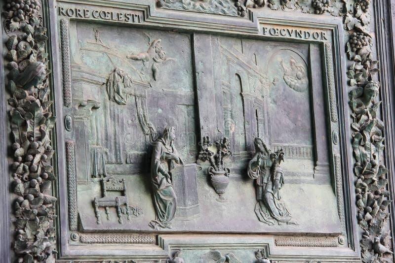 Porta antiga bonita da catedral de Pisa (di Pisa do domo) fotografia de stock royalty free