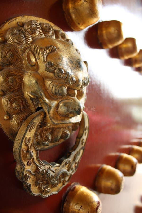 Porta antiga chinesa com anel principal da porta do leão imagens de stock