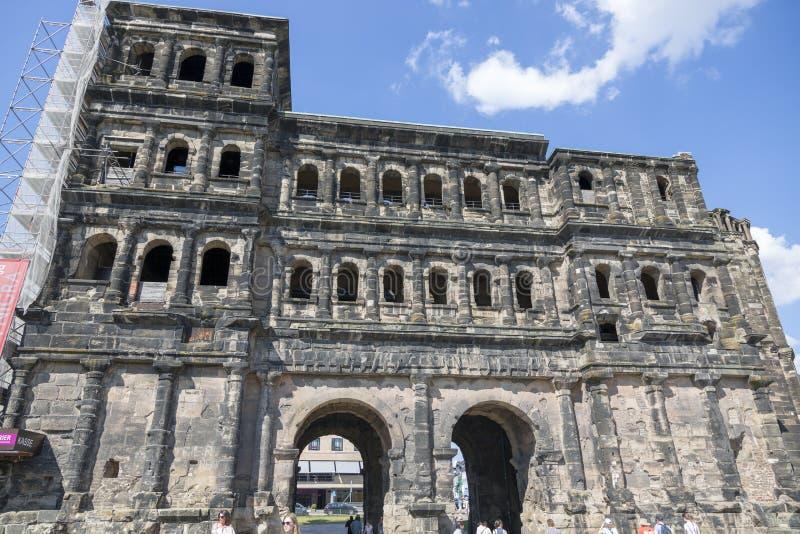 Porta antiga da porta do preto do negro de Porta no centro do Trier imagem de stock royalty free