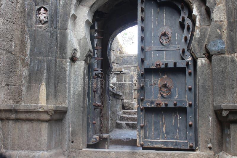 Porta antiga da madeira e do metal fotografia de stock