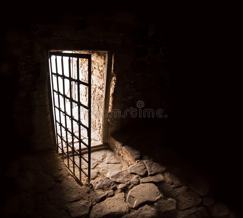 Porta antiga da sala escura foto de stock