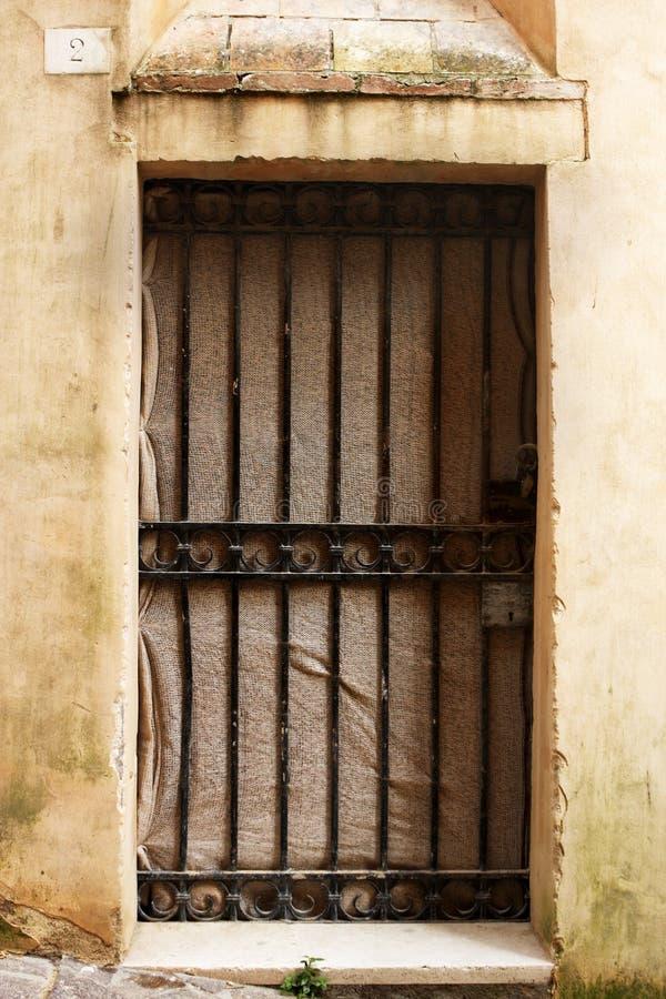 Porta antiga de uma construção histórica em Perugia (Toscânia, Itália) fotos de stock