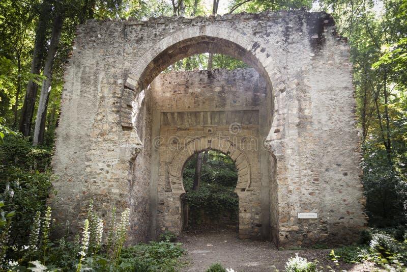 Porta antiga do arco da construção do arabesque dentro da cidade velha de Granada fotos de stock