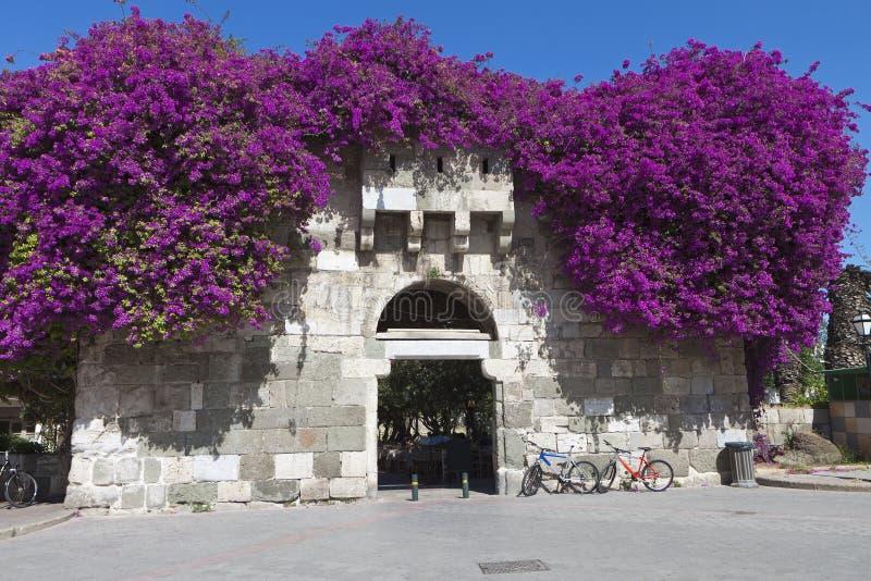 Porta antiga do castelo na ilha de Kos em Grécia imagens de stock