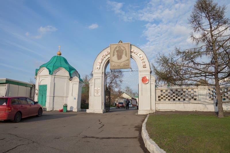 Porta antiga - a entrada à catedral 1836 da trindade santamente e à cerca do cemitério 1842 da trindade do Krasnoyarsk imagens de stock royalty free