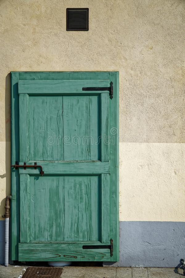 Porta antiga na cor verde, entrada de madeira rachada, amostra para o cartão fotografia de stock royalty free