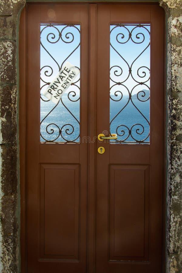 A porta ao mar na ilha de Santorini foto de stock royalty free