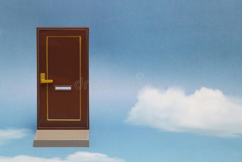 Porta ao mundo novo Porta próxima no céu ensolarado azul com nuvens macias imagem de stock