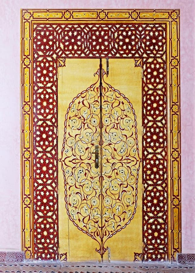 A porta ao palácio na cidade do fez em Marrocos, pintada com testes padrões intrincados, bonitos, multi-coloridos no estilo orien imagem de stock