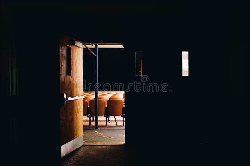 Porta aperta all'auditorium di Derelict - Scuola di Gladstone abbandonata - Pittsburgh, Pennsylvania immagine stock
