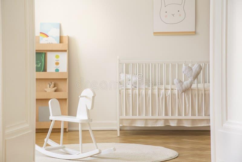 Porta aperta alla camera da letto del bambino scandinavo, foto reale fotografia stock libera da diritti