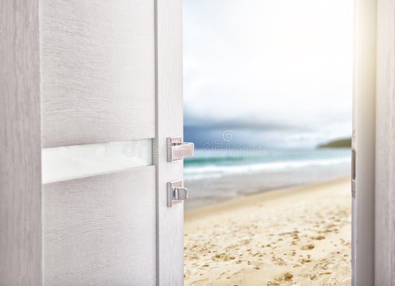 Porta aperta con accesso alla spiaggia fotografia stock libera da diritti