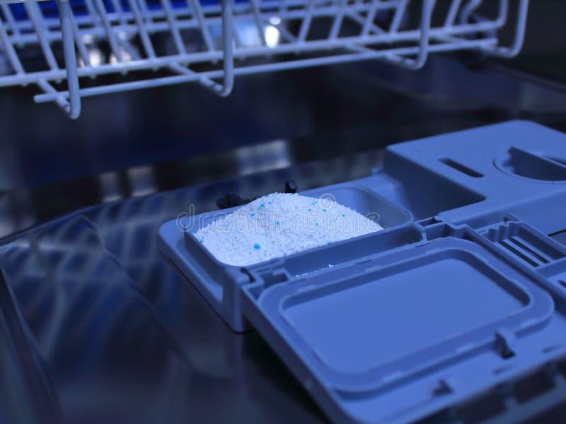 Porta aperta della lavastoviglie riempita  immagine stock