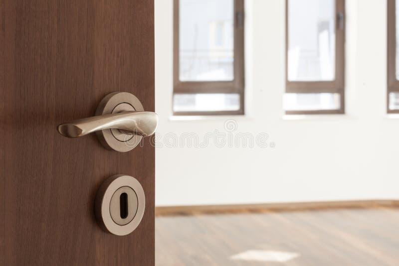Porta aperta met? ad una stanza ampty Maniglia di porta, serratura di porta Benvenuto, al nuovo concetto domestico fotografia stock libera da diritti