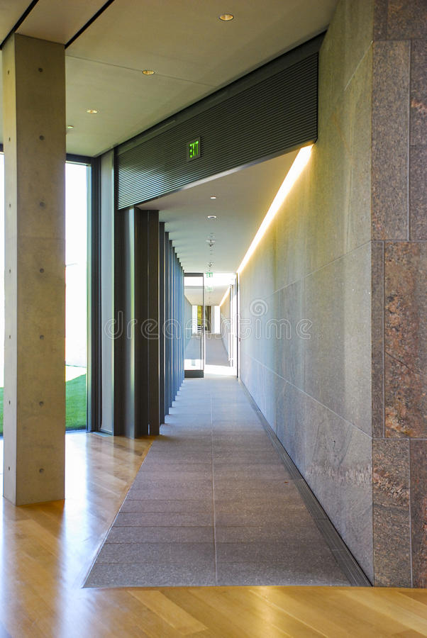Porta aperta in museo Corridoio fotografie stock
