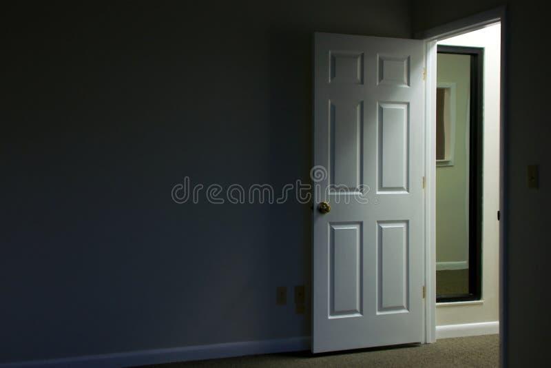 Porta aperta nella stanza scura fotografia stock