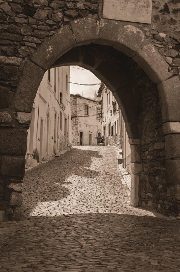 Porta arqueada na parede de pedra no castelo de Estremoz imagem de stock