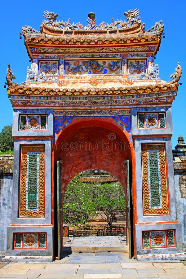 Porta Art In Hue Imperial Tomb da Turquia Duc, local do patrimônio mundial do UNESCO de Vietname foto de stock