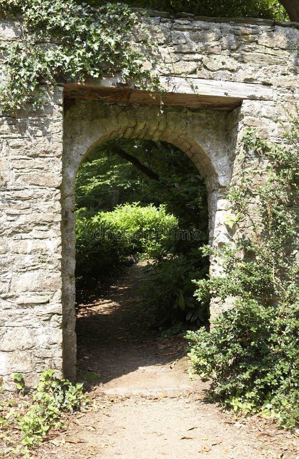 Porta attraverso ad un giardino verde fertile immagini stock
