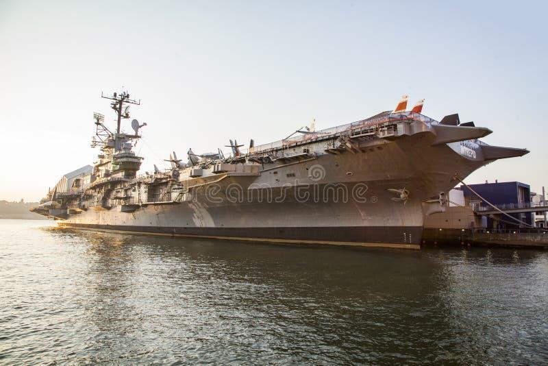 Porta-aviões intrépido de USS entrado na 86th rua fotos de stock royalty free