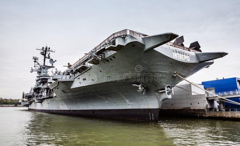 Porta-aviões USS intrépido fotos de stock