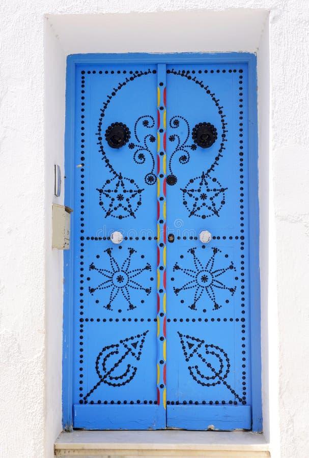 Porta azul árabe bonita, curso Tunísia imagens de stock