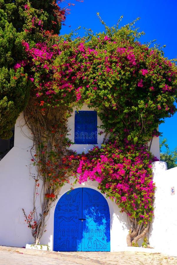 Porta azul árabe bonita - Sidi Bou Said, arquitetura mediterrânea imagens de stock royalty free