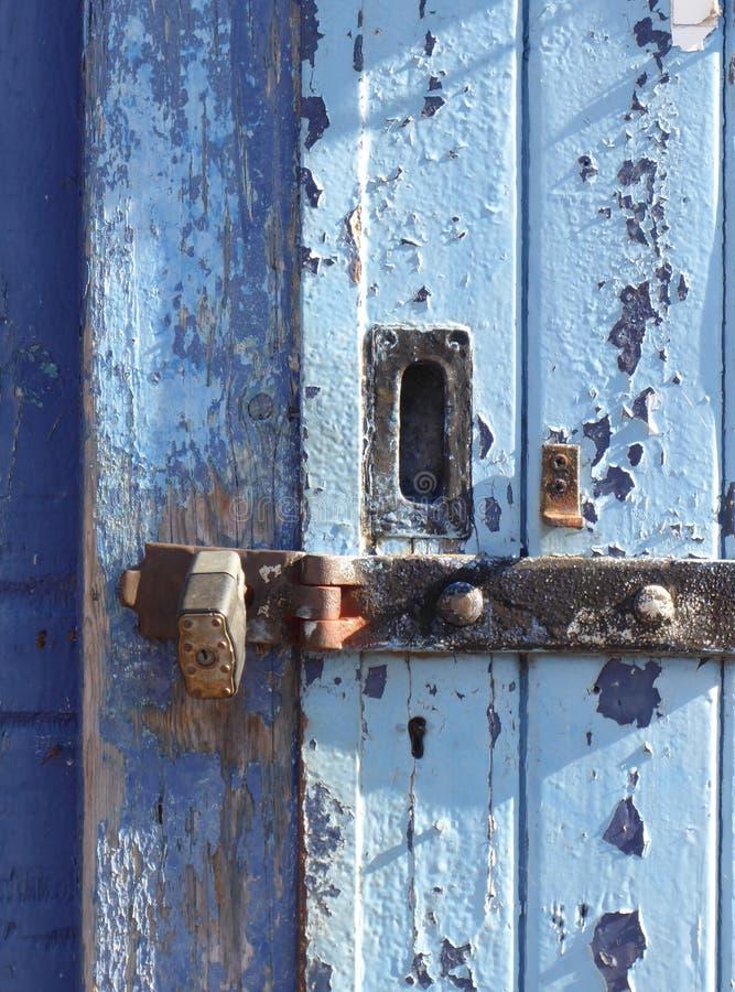 Porta azul, casca da pintura, travada fotos de stock