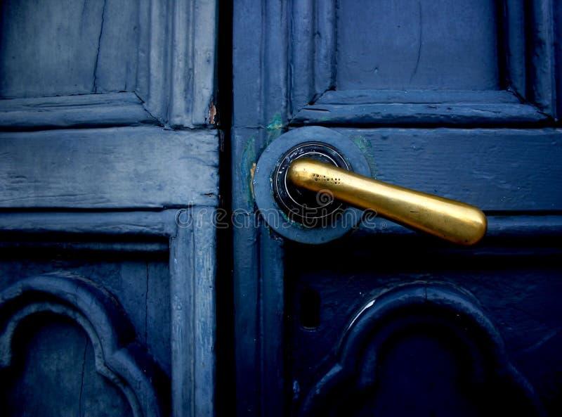 Porta azul com punho de bronze fotos de stock royalty free