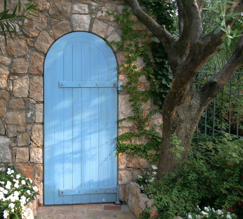 Porta azul do jardim, France fotografia de stock
