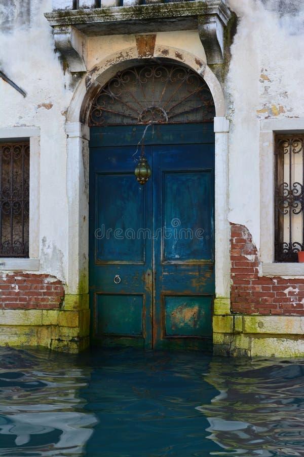 Porta azul em Veneza foto de stock